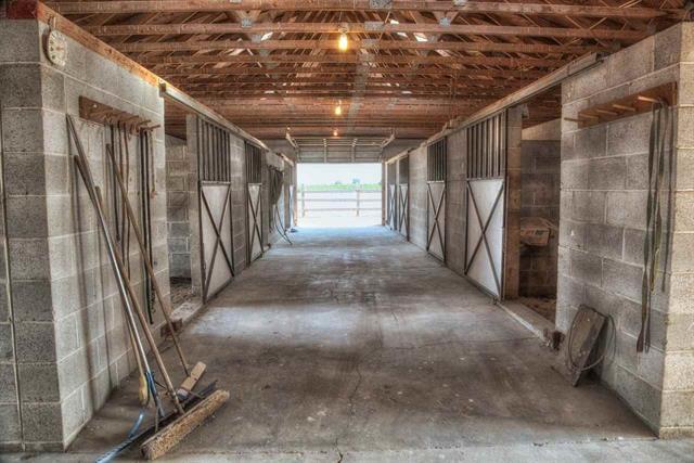 7 Bay Horse Barn